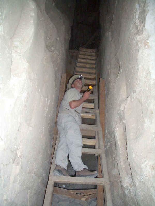 Stefan Erdmann in der Pyramide in Dashur