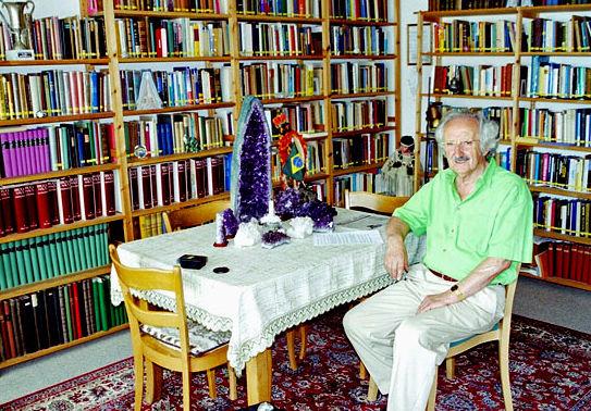 Rudolf Passian in seiner Bibliothek